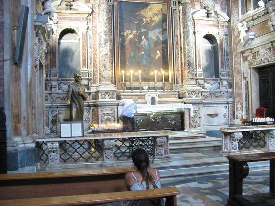 Eglise Gesù Nuovo : Panoramica dell'altare e Tomba di San Giuseppe Moscati