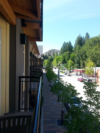 Summerland Waterfront Resort & Spa : streetside view
