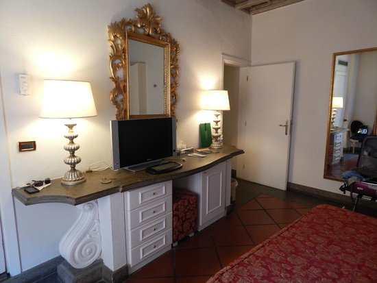 Albergo del Sole Al Pantheon: TV and wifi were a huge hit with the hubby!