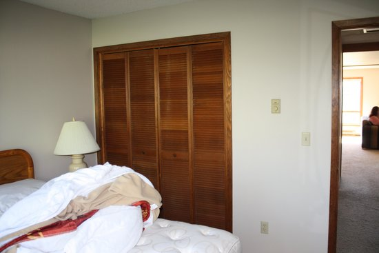 Lake Condominiums : Master bedroom closet