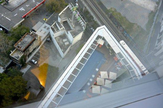 Bangkok Marriott Hotel Sukhumvit: View of the pool floor down below