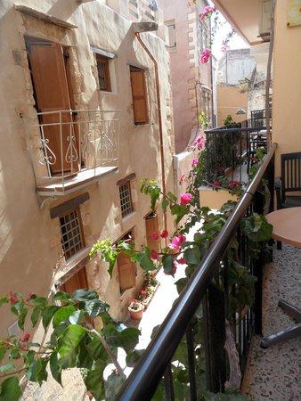 Iason Studios: charmant petit balcon fleuri