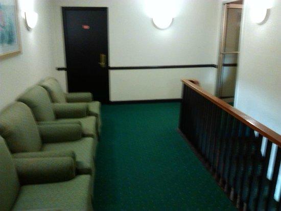 Days Inn Havelock: Sitting area in upstairs stairwell.