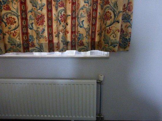 Flechter Hotel de Witte Brug: te korte gordijnen in de slaapkamer