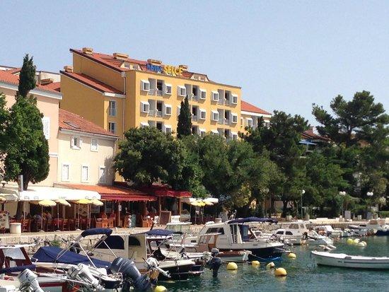 Hotel Selce: отель вид с моря