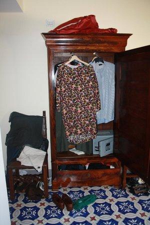 Villa Cimbrone Hotel: Small wardrobe