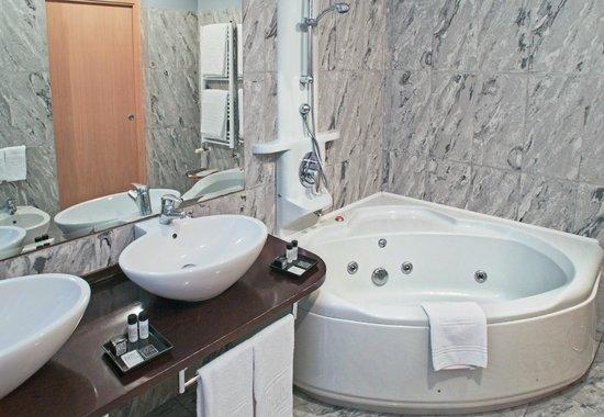 Hotel Studios: Bagno con vasca idromassaggio