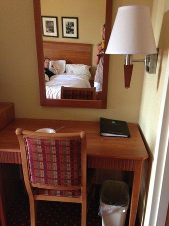 Embassy Suites by Hilton Williamsburg: Desk area