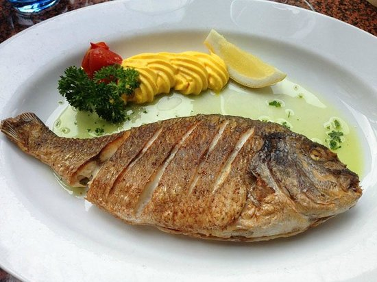 Lucius Seafood Restaurant: A tasty fish from the menú.