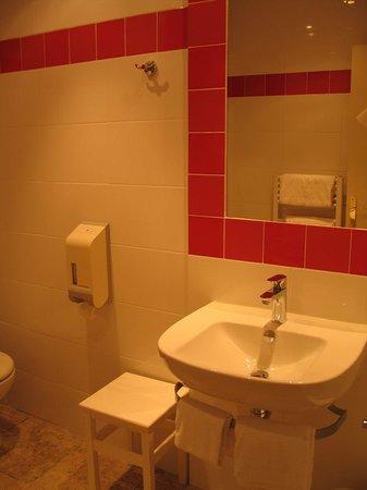 HOTEL LOU CIGALOUN : Orange, Lou Cigaloun - bathroom