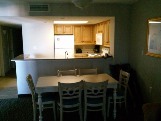 Ocean Reef Resort: kitchen and dining area