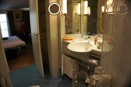 Hotel Opera Richepanse: Вид из ванной комнаты на вторую комнату двухкомнатного номера