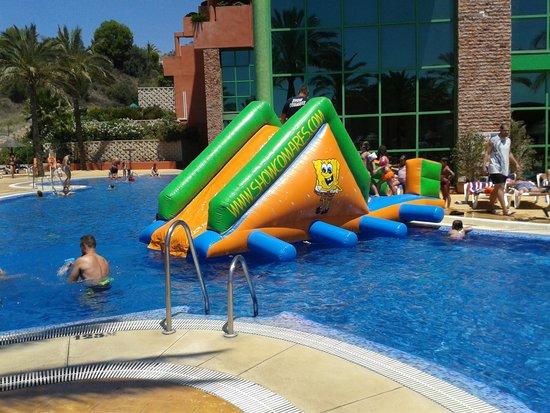 tobogan en piscina del Holiday Palace