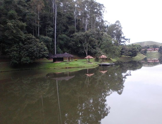 Fazenda Ribeirao Hotel De Lazer : Caminho para a cachoeira, beirando o lago