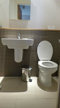 The Cleveland : Bathroom