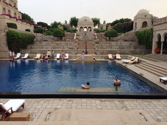 The Oberoi Amarvilas : pool and gardens