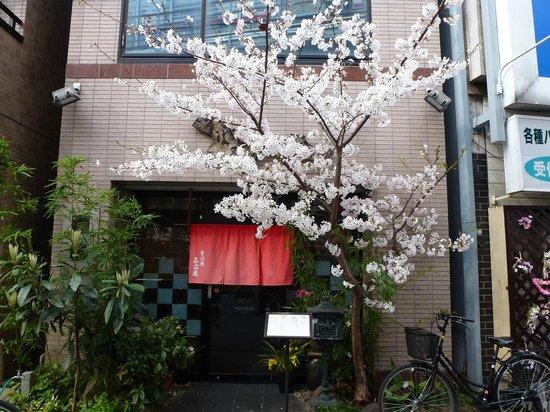 Nagoya: 春の店舗正面