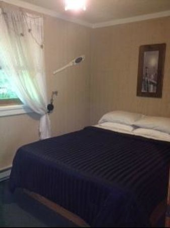 "Laurel Ridge Cabins: ""The Lakehouse"" - Master bedroom"