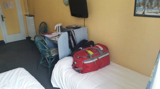 Angelina Hotel: 2nd twin bed and desk area