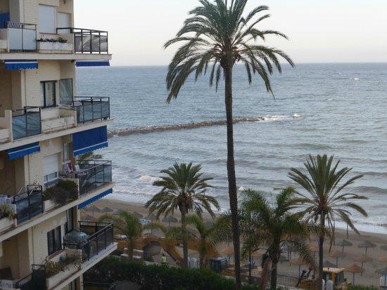 Aparthotel Puerto Azul Marbella: vue latérale de la chambre sur la mer - également vue sur la montagne de l'autre côté