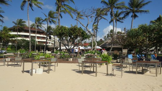 Nusa Dua Beach Hotel & Spa: vista dalla spiaggia - ristorante spiaggia