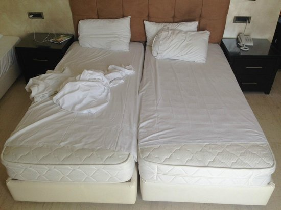Mitsis Faliraki Beach Hotel : Простыни на 30 см короче матрасов - новый европейский сервис
