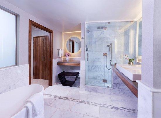 Luxe City Center Hotel: Platinum Suite Bathroom