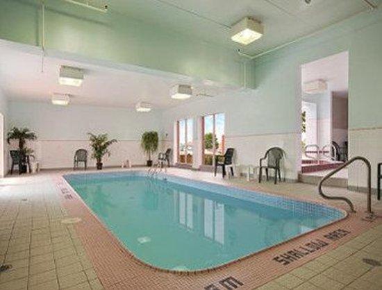 Travelodge Niagara Falls Hotel by the Falls: Pool