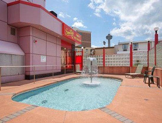 Travelodge Niagara Falls Hotel by the Falls: Hot Tub