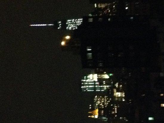 The Ludlow New York City: Ночной вид с балкона номера 909