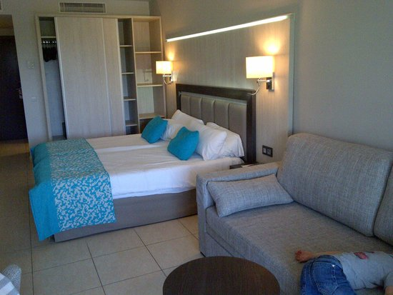 Hotel Club Bahamas Ibiza : Spacious rooms, nice colour settings