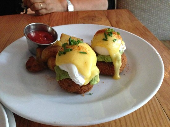 Chewies Steam and Oyster Bar: Crab Cake Benedict
