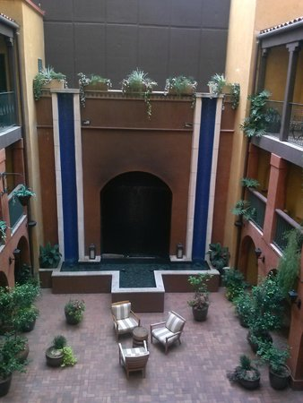 Hotel Valencia Riverwalk : A view of the courtyard from the floor we stayed on