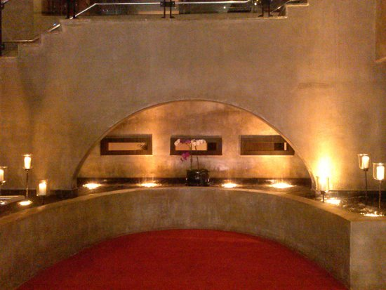 Hotel Valencia Riverwalk: The entrance to the hotel at night