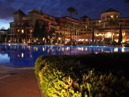 Iberostar Málaga Playa: Piscina y hotel por la noche