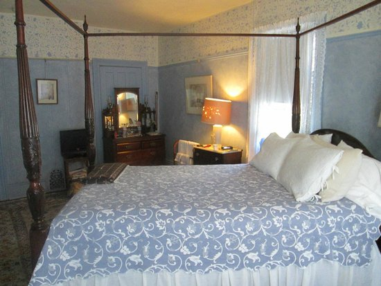New Hope's 1870 Wedgwood Bed and Breakfast Inn: Room F, also known as the Bay Window Room.