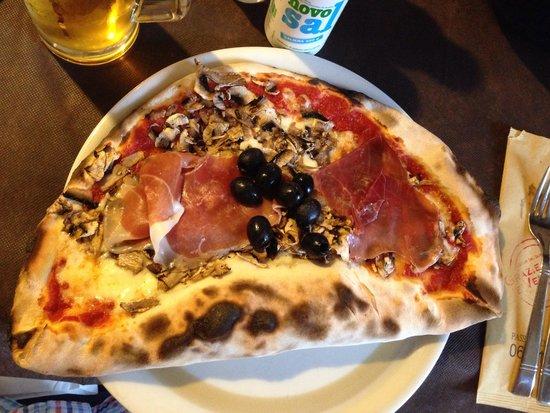 Grazie a Dio é Venerdi: Half pizza, half calzone