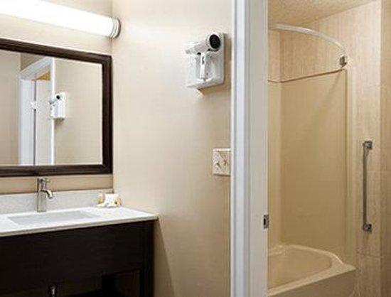Days Inn Vernon: Guest Room Bathroom