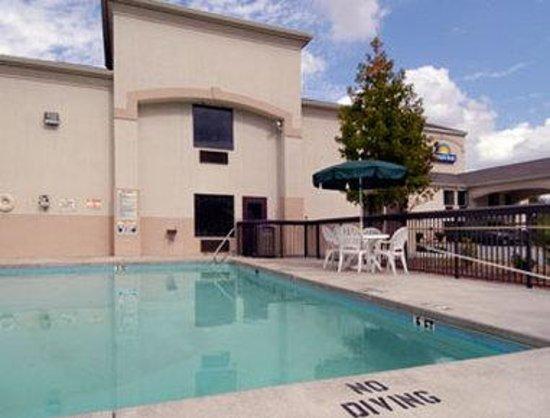 Days Inn Burlington East: Pool