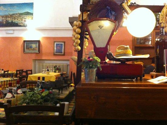 Ristorante Toto: Вид зала со столика, весы