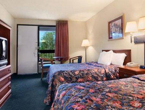 Days Inn Galleria-Birmingham: Standard Two Queen Bed Room