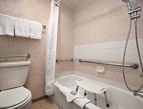 Travelodge Flagstaff: ADA Bathroom