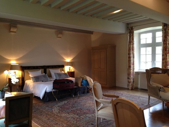 Le Manoir de la Fieffe : View of bed from bathroom door