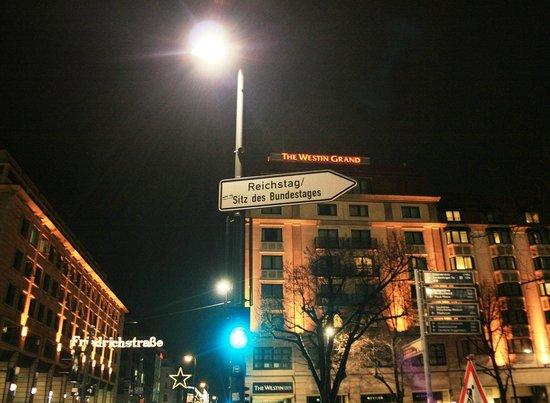 The Westin Grand Berlin : отель со стороны Унтер-ден-Линдер