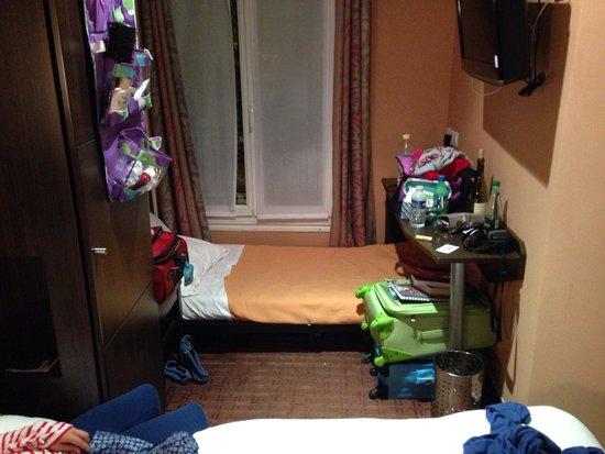 Jack's Hotel : Extra bed under desk