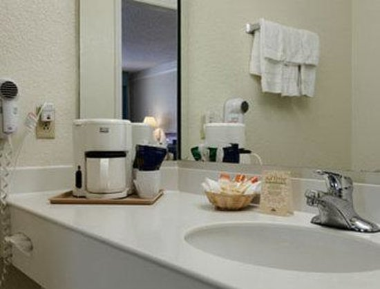 Airport Inn & Suites: Bathroom