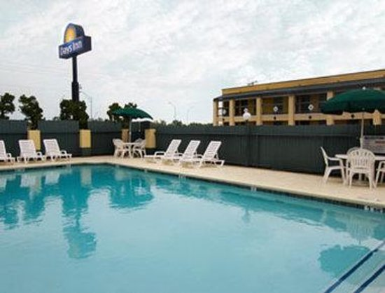 Airport Inn & Suites: Pool
