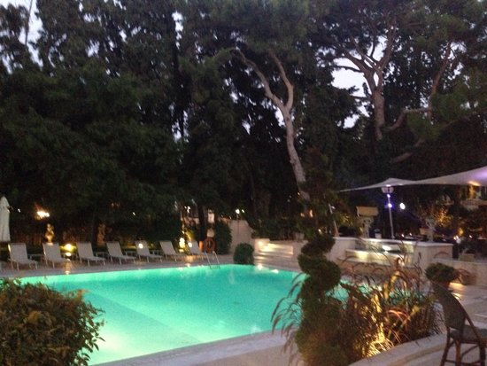Rodos Park Suites & Spa: Pool by Night - the restaurantview