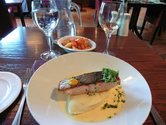 Bunratty Castle Hotel: fish for dinner with cooked carrots as the vegetable