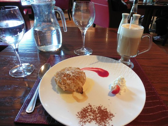 Bunratty Castle Hotel: warm apple & pear crumble, coffee with Baileys for dessert